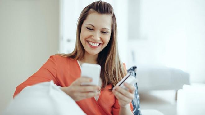 kiểm tra lịch sử rút tiền thẻ tín dụng bằng điện thoại